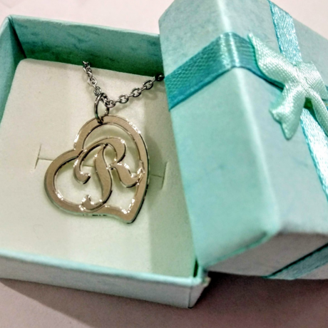 מתנה לאישה או נערה - שרשרת לב עם אות באנגלית בעיצוב אישי