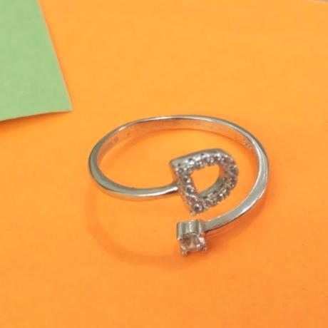 טבעת עם אות D באנגלית
